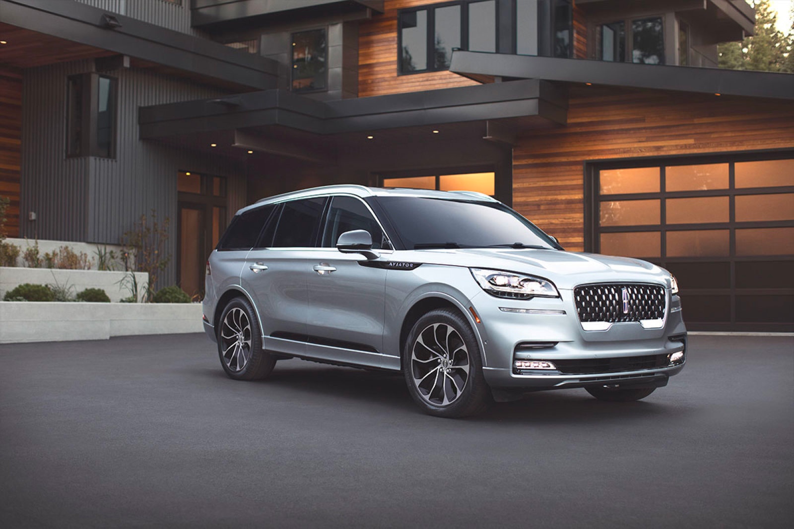 Lincoln Unveils Re-Designed Aviator SUV for 2020 at werd.com
